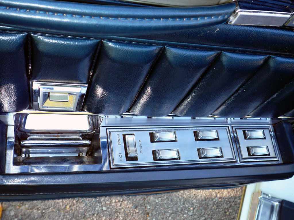 The switches open and close the front vent andall four door windows  #326999